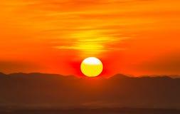 Por do sol atrás das montanhas Imagem de Stock Royalty Free