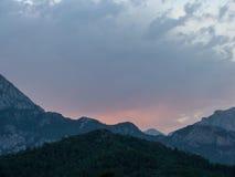 Por do sol atrás das montanhas no crepúsculo Imagens de Stock Royalty Free