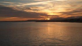 Por do sol atrás das montanhas Reflexão no mar filme
