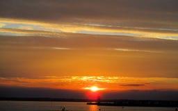 Por do sol atrás das nuvens de chuva Foto de Stock Royalty Free