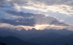 Por do sol atrás de Nanda Devi Mountain Range, Uttarakhand India fotografia de stock