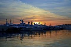 Por do sol atrás dos barcos fotografia de stock royalty free