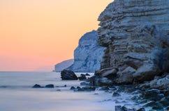 Por do sol atrás dos penhascos da rocha fotografia de stock royalty free
