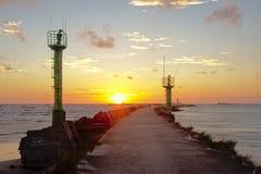 Por do sol atrás do quebra-mar de Liepaja, Latia Foto de Stock Royalty Free