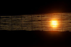 Por do sol através das cortinas de janela Imagem de Stock