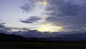 Por do sol através das nuvens imagens de stock