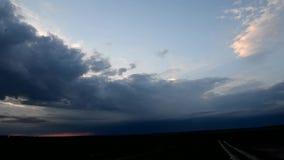 Por do sol através das nuvens video estoque