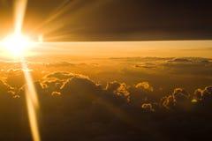 Por do sol através das nuvens densas imagem de stock