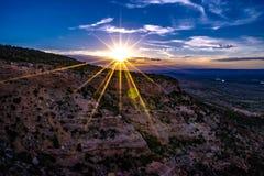 Por do sol através do desfiladeiro da garganta nos monumentos em Grand Junction, Colorado foto de stock royalty free