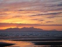 Por do sol através do delta de Clyde para a ilha de Arran, Escócia Fotos de Stock