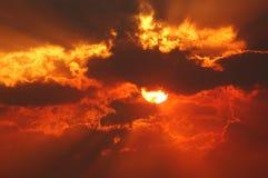Por do sol através do fumo 2 Fotografia de Stock