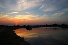 Por do sol aventuroso no lago foto de stock