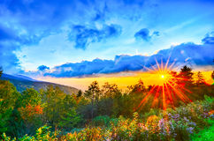 Por do sol azul das montanhas apalaches de fim do verão de Ridge Parkway ocidental Foto de Stock