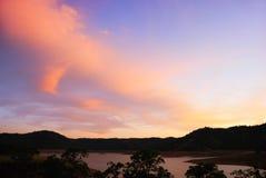 Por do sol azul e alaranjado acima do lago Fotografia de Stock
