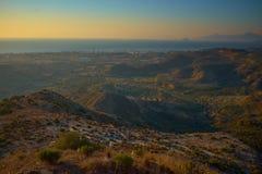 Por do sol azul do yelow bonito sobre o mar e a ilha de Kos imagens de stock royalty free