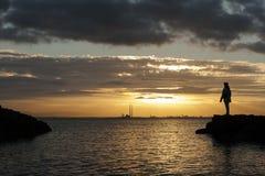 Por do sol backlit com silhueta humana Fotografia de Stock Royalty Free