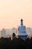 Por do sol Beijing China do Pagoda de Beihai Stupa Foto de Stock Royalty Free