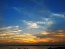 Por do sol bicolor dramático da cidade do oceano imagem de stock