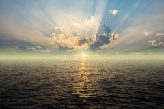 Por do sol bonito acima do mar Fotografia de Stock