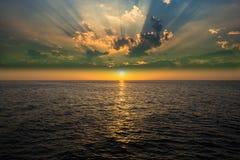 Por do sol bonito acima do mar Fotos de Stock Royalty Free