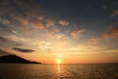 Por do sol bonito acima do mar imagens de stock royalty free