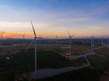Por do sol bonito acima dos moinhos de vento no campo Fotografia de Stock Royalty Free