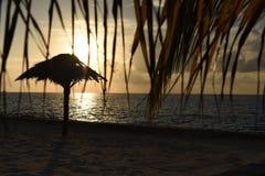 Por do sol bonito acima do mar Por do sol dramático do fundo no th Imagens de Stock