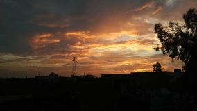 Por do sol bonito após nuvens de incandescência da chuva Fotos de Stock