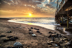 Por do sol bonito com algumas rochas na terra dianteira no Peru Foto de Stock