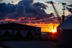 Por do sol bonito com as nuvens impetuosas em Finlandia norte ?rea de porto fotos de stock royalty free