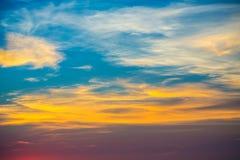 Por do sol bonito com aura na praia Imagens de Stock