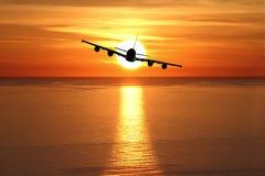 Por do sol bonito com avião imagens de stock royalty free