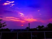 Por do sol bonito com céu roxo Fotografia de Stock