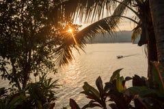 Por do sol bonito com o barco no lago Imagens de Stock