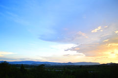 Por do sol bonito com o céu alaranjado nublado Foto de Stock