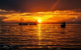 Por do sol bonito com os barcos completos dos turistas no lago Tonle Imagem de Stock Royalty Free