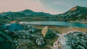 Por do sol bonito da paisagem da montanha Lago Bucura no parque nacional Romênia de Retezat Fotos de Stock Royalty Free