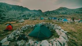 Por do sol bonito da paisagem da montanha Lago Bucura no parque nacional Romênia de Retezat Imagem de Stock