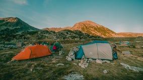 Por do sol bonito da paisagem da montanha Lago Bucura no parque nacional Romênia de Retezat Fotografia de Stock