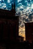 Por do sol bonito da torre de sino e da catedral italianas Fotografia de Stock