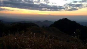 Por do sol bonito do lapso de tempo atrás das montanhas vídeos de arquivo