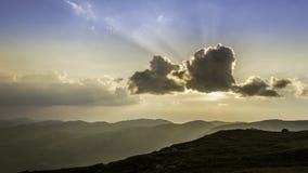 Por do sol bonito do verão nas montanhas filme