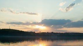 Por do sol bonito do verão no lago video estoque