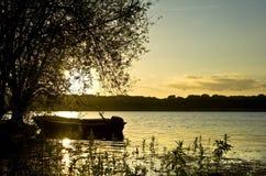 Por do sol bonito do verão sobre o lago imóvel Fotos de Stock