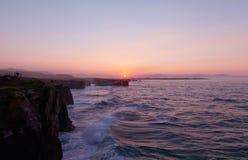 Por do sol bonito e arcos de pedra em Playa de las Catedrales Fotografia de Stock