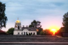 Por do sol bonito e igreja ortodoxa Foto de Stock