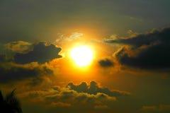 Por do sol bonito e nuvens Fotos de Stock