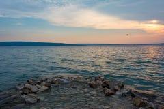 Por do sol bonito em Crikvenica, Croácia, com um parasailor no da esquerda à direita do quadro imagens de stock