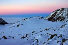 Por do sol bonito em montanhas de Retezat, Romênia Fotografia de Stock