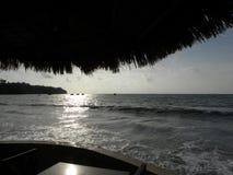 Por do sol bonito em Phuket Tailândia na parte dianteira de oceano imagem de stock royalty free